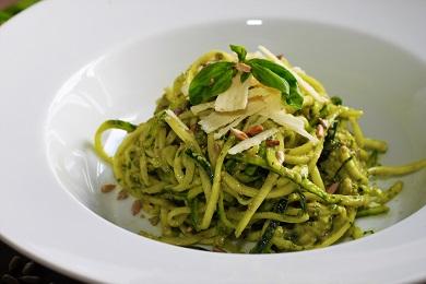 Cuketové špagety s bazalkovým pestem a parmazánem