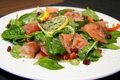Špenátový salát s uzeným lososem